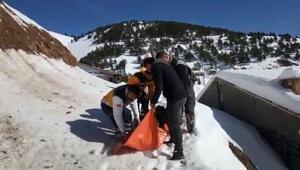 Hasta kadın, karla kaplı yolda500 metre sedyeyle taşındı