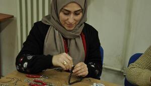 Kadınların Oltu taşından ürettiği gümüş işlemeli tespihlere ilgi