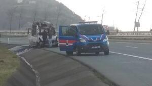 Karadeniz Sahil Yolunda minibüs alev alev yandı