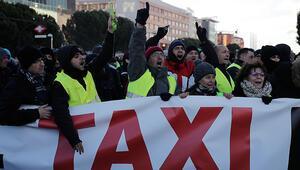 Madridde grevdeki taksiciler yolu kapattı, ortalık karıştı