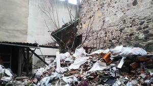 İzmirde tarihi bina çöktü