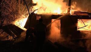 Şavşat'ta 2 katlı evde yangın