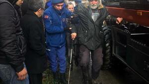 İzmirde şiddetli yağmur; yaşlı adamı jandarma kurtardı