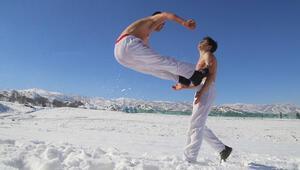 Iraklı çocuklara karda karate eğitimi