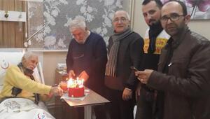 Eşref Kolçak'a hastane odasında sürpriz doğum günü