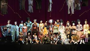 Moda ve sanatı birleştiren performans