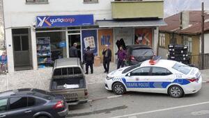 Artvinde otomobil iş yeri vitrinine çarptı