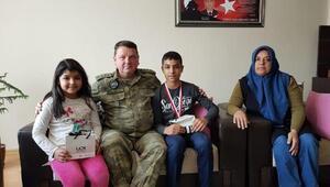 Garnizon Komutanından, Şehit Uzman Çavuşun çocuklarına başarı hediyesi