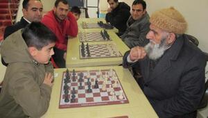 Satranç turnuvasında dede-torun karşılaştı