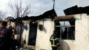 Kömür sobasından sıçrayan kıvılcım evi yaktı