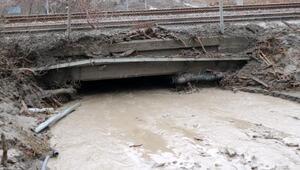 Geyvede heyelan; ev ve hızlı tren yolu çamurla kaplandı