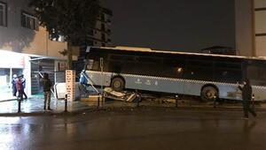 Sultanbeylide özel halk otobüsü ağaca çarparak durabildi