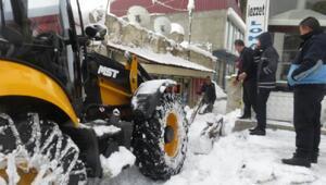 Başkalede kamyonlarla ilçe dışına kar taşınıyor