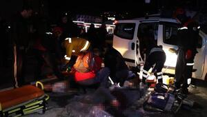 Yolcu otobüsü ile hafif ticari araç çarpıştı: Aynı aileden 3 ölü, 2 yaralı