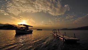 Bafa Gölü'nde gün batımında görsel şölen