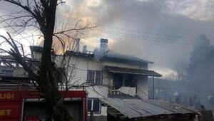 Mengende 2 katlı evin çatısı yandı