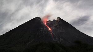 Endonezyada yanardağ nedeniyle yüzlerce kişi mahsur
