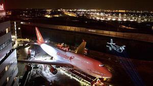 Hollandada otel bahçesine konulacak uçağın transferi tamamlandı