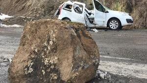 Kaya parçası aracın üzerine düştü