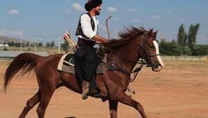 Atlarla arası çok iyi olup birçok oyuncuya at binme dersi veren ünlü oyuncu kimdir