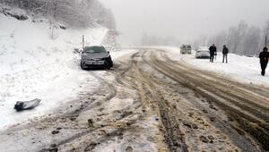 Kırklarelinde kar yağışı etkisini arttırdı. Bazı araçlar mahsur kaldı, AK Partili başkan da kazada yaralandı