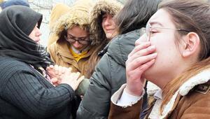 Babasını öldürdüğü ortaya çıkan kızın sınıf arkadaşları gözyaşlarına boğuldu