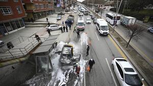 Ankarada otobüs durağına çarpan taksi yandı