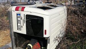 Hafif ticari araç tarlaya devrildi: 2si çocuk, 4 yaralı