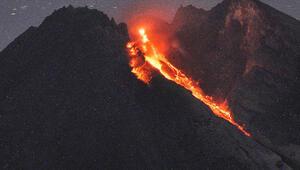 Endonezyada yanardağdaki lav akışı turist çekiyor