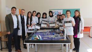 Kız öğrencilerin tasarladığı robota ödül