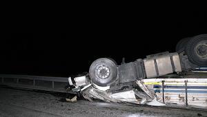 Korkunç kaza... TIR ikiye bölündü