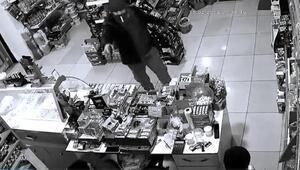 Batmanda silahlı soygun, güvenlik kamerasına yansıdı