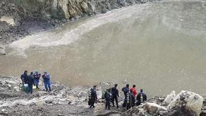 Balıkesirde suya gömülen kepçe operatörü aranıyor