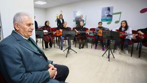 Gençlerle şarkı söyledi, birlikte ders dinledi