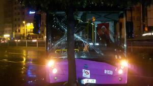 Fatihte özel halk otobüsü bariyerlere çarptı