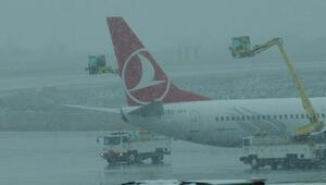 Atatürk Havalimanı'nda kar yağışı nedeniyle 66 sefer iptal edildi