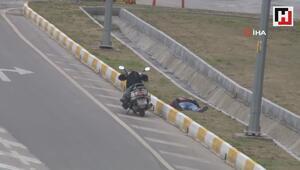 Motosikletini bırakıp yol kenarında uykuya dalınca kaza yaptı sandılar