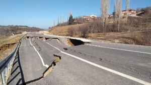 Kütahyada çöken yol, 12 evde hasara yol açtı