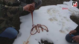 Karlı Pekmez yemek için atlarla yola koyuldular