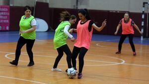 'Topuklu Kramponlar Futbol Turnuvası' için sahaya çıkan kadınlar göz doldurdu