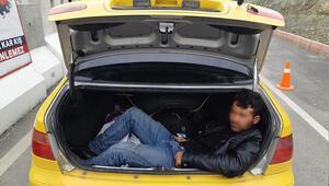 Taksinin bagajından Afganlı göçmen çıktı