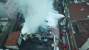 Gaziosmanpaşada binanın çatısı alev alev yandı