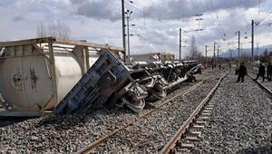 Raydan çıkan vagonlar yük trenine çarptı