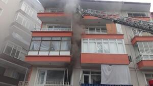 Apartmanın 1inci katında yangın çıktı: 10 kişi dumandan etkilendi