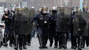 Polis şok etti: Engelliye gaz, kelepçeliye tekme, yere düşene darp