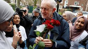 Camiden çıkan İngiliz İşçi Partisi liderine saldırı