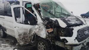 Kaçak göçmenlerin minibüsü ile diyaliz merkezinin aracı çarpıştı: 22 yaralı