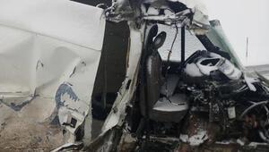 Kaçak göçmenlerin minibüsü ile diyaliz merkezinin aracı çarpıştı: Çok sayıda yaralı
