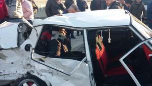 Esenlerde hurda yığınına dönen araçta can pazarı: 4 yaralı