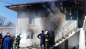Elektrik kontağından çıkan yangın evi yaktı, aile gözyaşlarına hakim olamadı